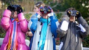 Los chavales enseguida le cogieron el tranquillo al avistamiento con prismáticos